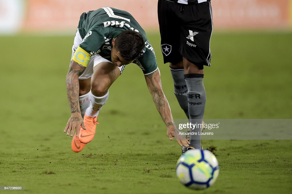 Dudu of Palmeiras in action during the match between Botafogo and Palmeiras as part of Brasileirao Series A 2018 at Engenhao Stadium on April 16, 2018 in Rio de Janeiro, Brazil.