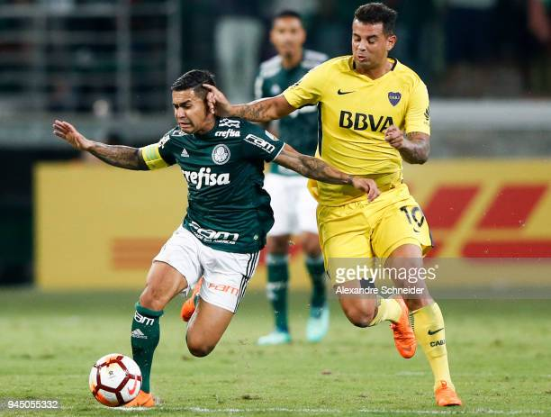 Dudu of Palmeiras of Brazil and Edwin Cardona of Boca Juniors of Argentina in action during the match for the Copa CONMEBOL Libertadores 2018 at...