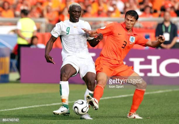 Duel AROUNA KONE / Khalid BOULAHROUZ Pays Bas / Cote d'Ivoire Coupe du Monde 2006
