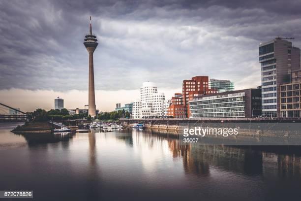 horizonte de duesseldorf sob céu dramático, alemanha - renânia do norte vestfália - fotografias e filmes do acervo