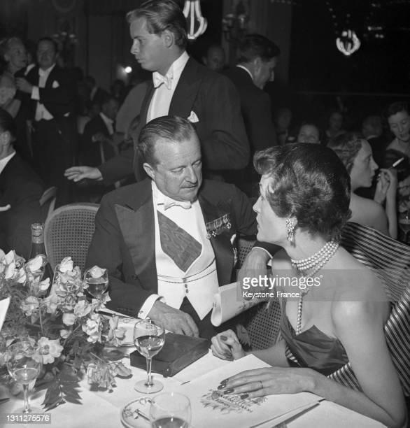 Duff Cooper discutant avec la marquise de Falaise lors du bal du 'Pré Catelan', en juin 1949, à Paris.