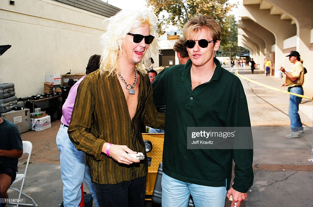 """Kirk Hammet interview on GN'R guys becoming """"unacessible"""" and a """"third party"""" account of the Axl feud with Kuurt Cobain Duff-mckagan-of-guns-n-roses-and-denis-leary-during-1992-mtv-video-picture-id111187547"""