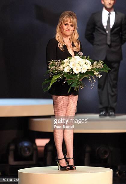 Duffy Tänzer 180 ZDFShow 'Wetten dass''Messehalle' Düsseldorf NordrheinWestfalen Deutschland Europa Bühne Auftritt Mikrofon Blumenstrauß weiße Rosen...