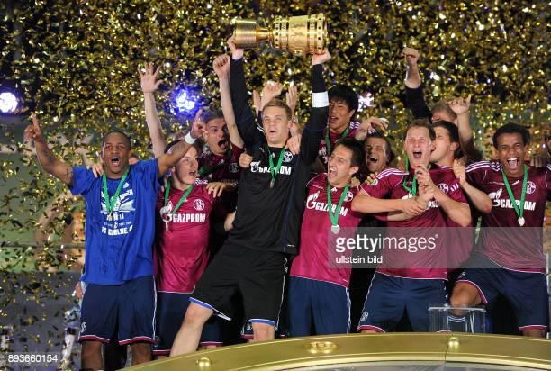 FUSSBALL DFB POKAL FINALE SAISON 2010/2011 Duisburg FC Schalke 04 FC Schalke 04 feiert den Sieg mit der Trophaee Jefferson Farfan Alexander...