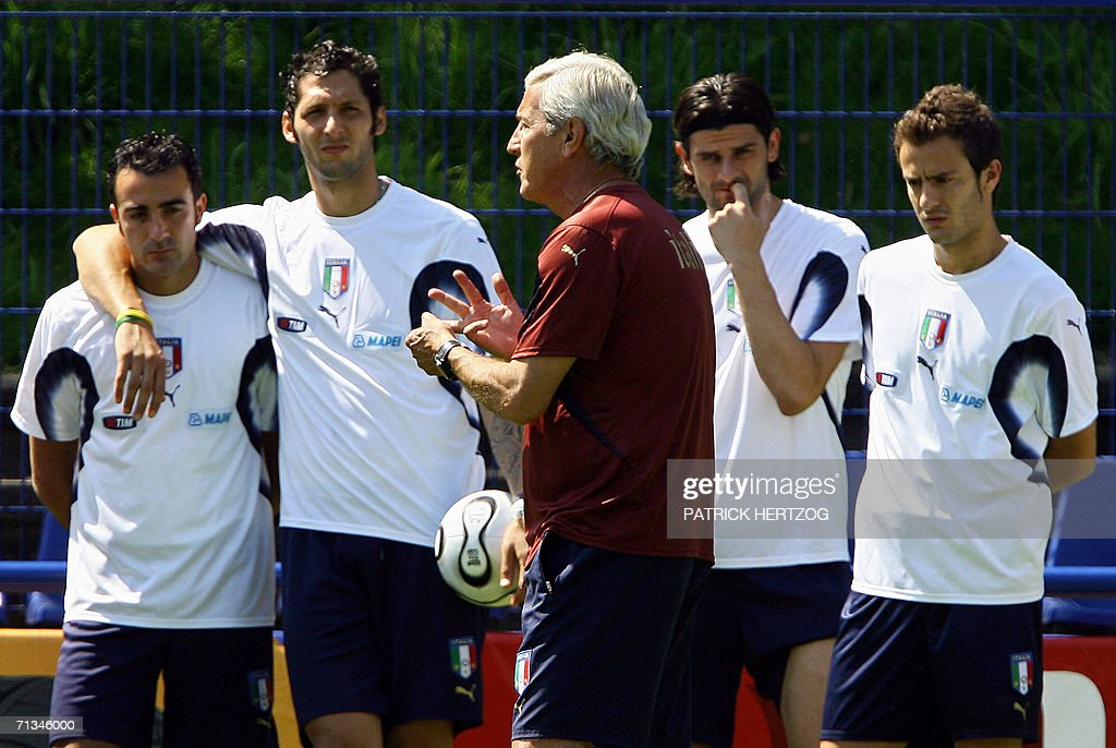 Italian coach Marcello Lippi (C) gestures as he speaks with players (L/R) Simone Barone, Marco Materazzi, Vincenzo Iaquinta and Alberto Gilardino during a training session in Duisburg,01 July 2006, a day after winning their quarter final in the FIFA World Cup against Ukraine (3-0) in Hamburg. Italy will play against Germany in a semi-final 04 July, in Dortmund.