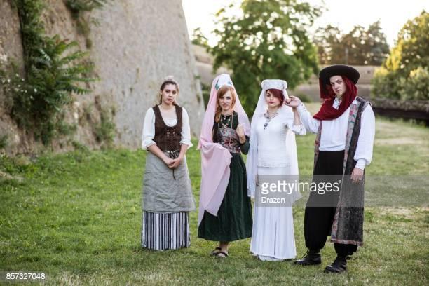 hertog, hertogin en personeelsleden in de middeleeuwen - duke stockfoto's en -beelden