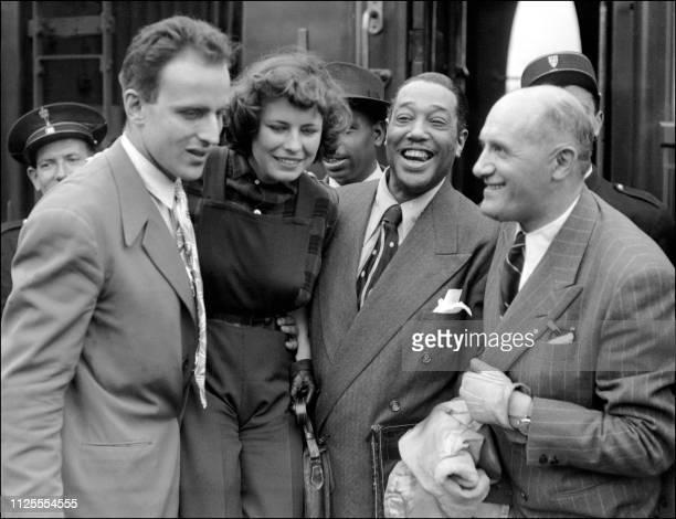Duke Ellington pianiste compositeur et chef d'orchestre de jazz américain accompagné de son manager Jules Borkon est accueilli par Boris Vian à son...