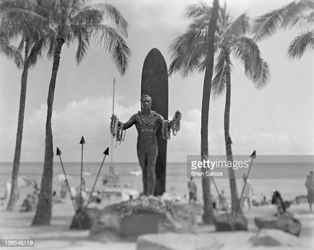 duke kahanamoku statue, waikiki beach, hawaii, usa - hawaiian lei stock pictures, royalty-free photos & images