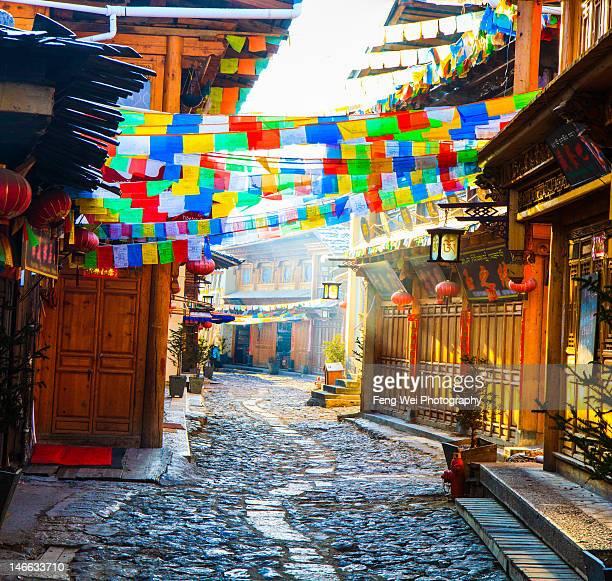 dukezong ancient tibetan town - shangri la stockfoto's en -beelden