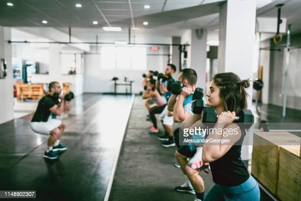 classe de dumbbell na ginástica - ginástica - fotografias e filmes do acervo