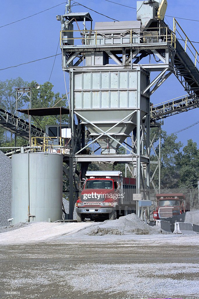 Dump truck being filled with gravel : Stockfoto