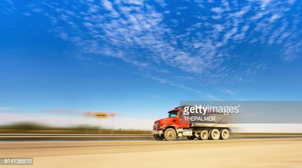 ダンプカー高速道路 - ダンプカー ストックフォトと画像