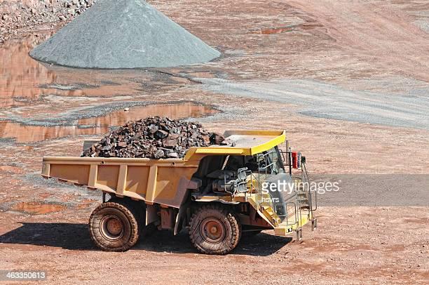 dumper-truck auf der Straße in Flächenabbau quarry