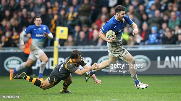 Duncan Taylor of Saracens breaks clear to score the first try during the Aviva Premiership match between Wasps and Saracens at The Ricoh Arena on...