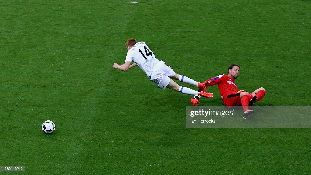 Duncan Watmore of Sunderland (L) is brought down in the box no penalty was given during the pre-season friendly match between Sunderland AFC and Borussia Dortmund at Cashpoint Arena on August 5, 2016 in Altach, Austria.