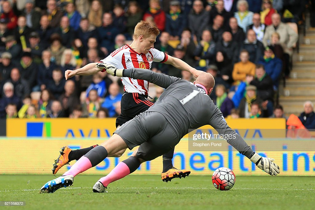 Duncan Watmore of Sunderland scores his team's third goal during the Barclays Premier League match between Norwich City and Sunderland at Carrow Road on April 16, 2016 in Norwich, England.