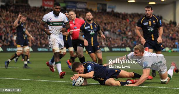 Duncan Weir of Worcester Warriors scores a try during the Gallagher Premiership Rugby match between Worcester Warriors and London Irish at on...