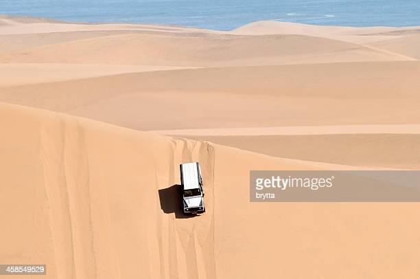 ジープツアー、ナミビア砂漠ナミビア、ウォルビスベイの近く - ランドローバー ストックフォトと画像