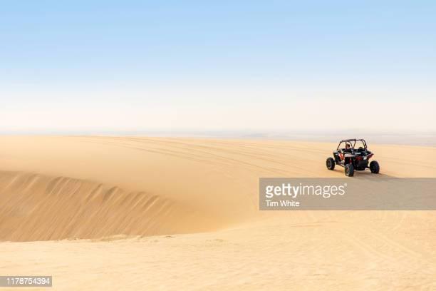 dune buggy ride in the desert, qatar - qatar fotografías e imágenes de stock