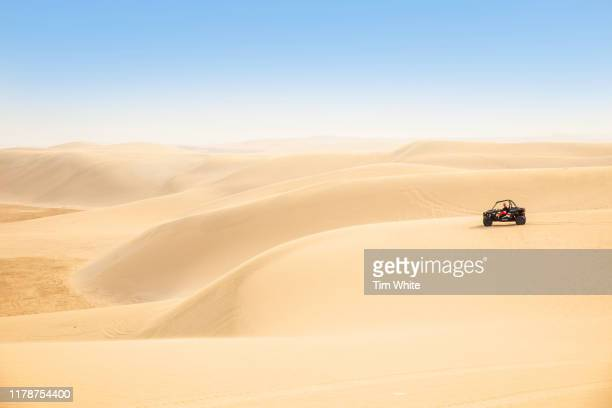 dune buggy ride in the desert, qatar - doha photos et images de collection