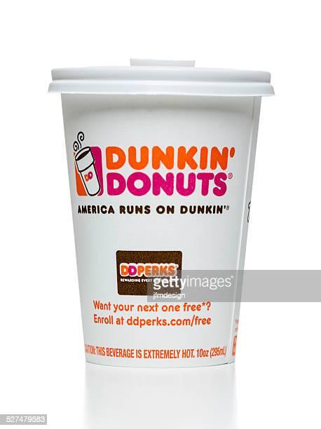 dunkin'donuts taza de café caliente - dunkin donuts cup fotografías e imágenes de stock
