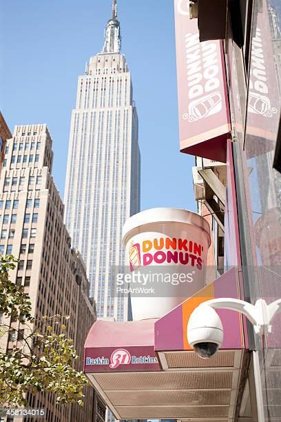 estadio dunkin donuts en manhattan - dunkin donuts cup fotografías e imágenes de stock