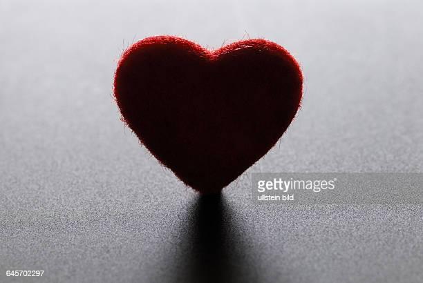 Dunkles Herz Liebeskummer Schwermut Liebe Liebesschmerz herzfˆrmig dunkel Schatten rot rotes Miniatur Trennung Scheidung Symbol Symbolbild...