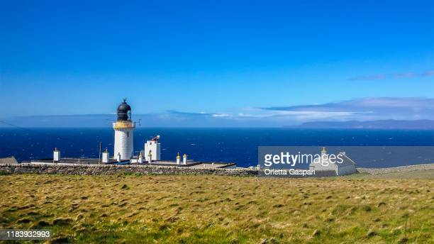 dunnet head lighthouse, scottish highlands - lighthouse stock pictures, royalty-free photos & images