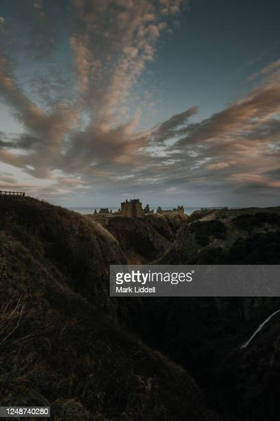 dunnottar castle at sunset, stonehaven, aberdeenshire, scotland - dunnottar castle stock pictures, royalty-free photos & images