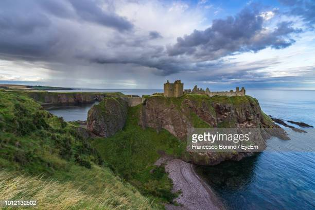 dunnottar castle by sea on cliff - dunnottar castle stock pictures, royalty-free photos & images