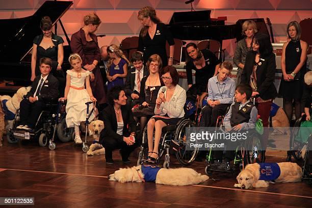 Duny Halali Kinder und Erwachsene im Rollstuhl mit ihren Assistenhunden 3 CharityGala zu Gunsten VITA eV Assistenzhunde Wiesbadener Kurhaus Wiesbaden...