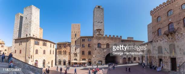 duomo square panorama in san gimignano, italy - サンジミニャーノ ストックフォトと画像