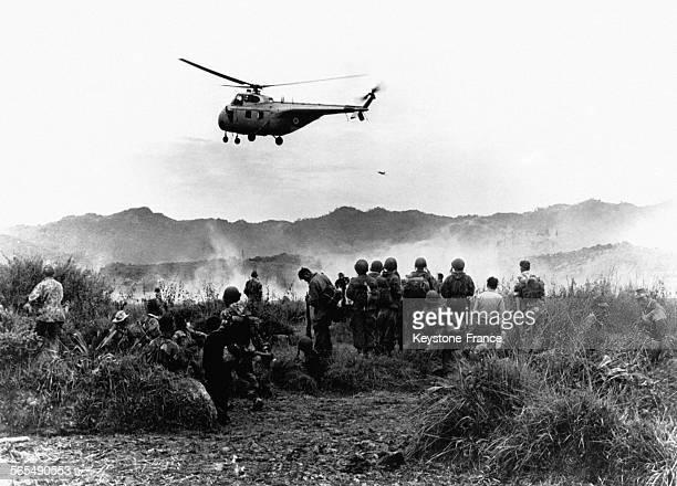 Durant l'opération Castor un hélicoptère de transport de troupes survole les soldats au sol à Diên Biên Phu au Viêt Nam le 30 novembre 1953