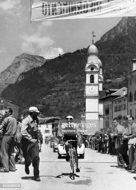 Durant l'étape AuronzoBassano lors du Tour d'Italie le cycliste italien Bartali se ravitaille encouragé par la foule circa 1940 en Italie