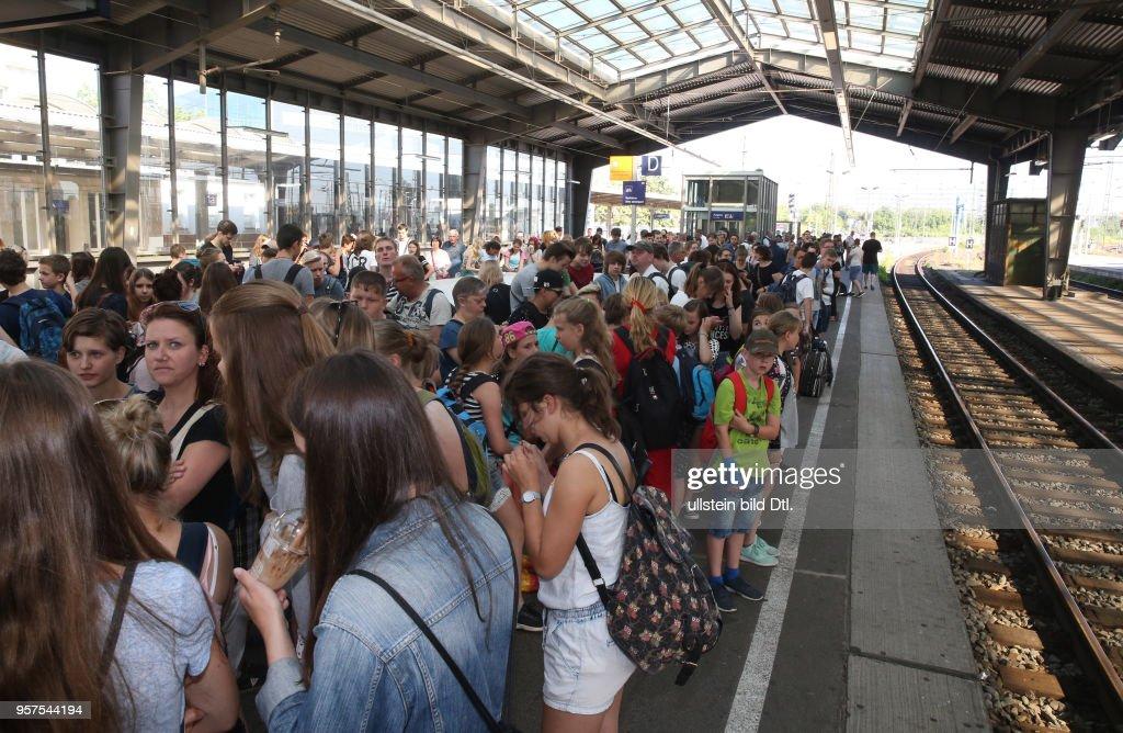 Durch Brandanschläge auf Stellwerke der Deutschen Bahn bei Leipzig kam es zu massiven Zugverspätungen, von denen auch die S-Bahn Linien betroffen waren Vandalismus Foto: überfüllter Bahnsteig Hauptbahnhof Halle : News Photo