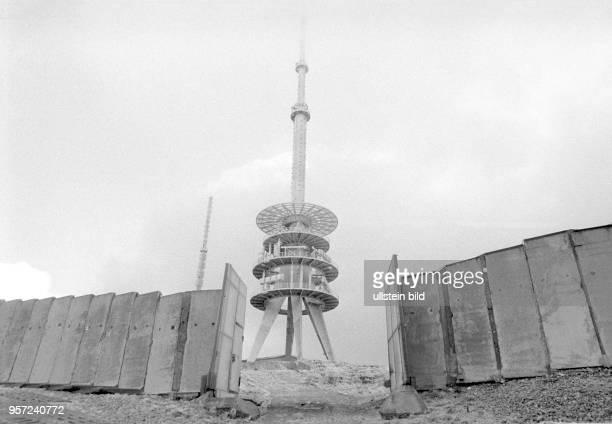 Durch ein geöffnetes Metalltor in der Grenzmauer am Brocken ist der Sendemast für Rundfunk TV und Datenrichtfunk zu sehen aufgenommen im Januar 1990...