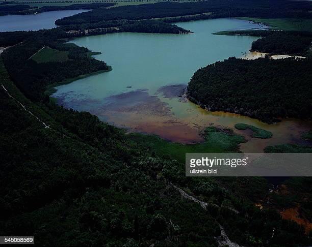 Durch Industrieabwässer starkverschmutztes Gewässer bei Schwarzheide /Lauchhammer Luftaufnahme 1993