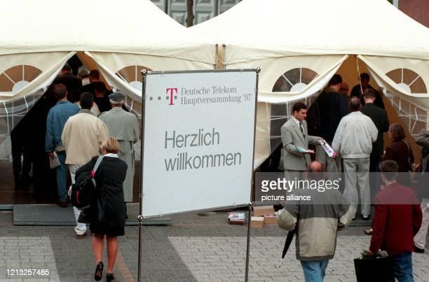 Durch Zelteingänge kommen Anteileigner zur ersten Hauptversammlung der Deutschen Telekom am 26.6.1997 in die Frankfurter Festhalle. Das Interesse an...
