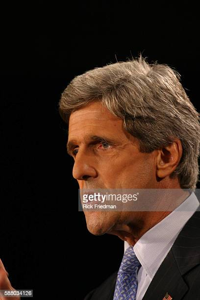 Durham NH Senator John Kerry delivering his economic policy at a speech at the Univerity of New Hampshire in Durham NH on August 29 2003 2003 Rick...