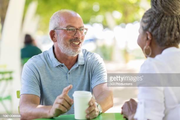 Während der Mittagspause sprechen zwei Geschäftspartnern über Kaffee