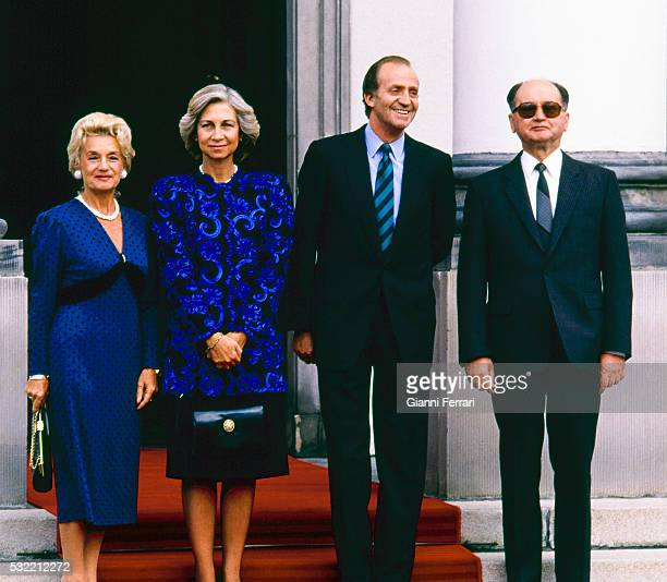 During a State visit Queen Sofia of Spain and King Juan Carlos I of Spain pose with Polish President Wojciech Jaruzelski and his wife Barbara...