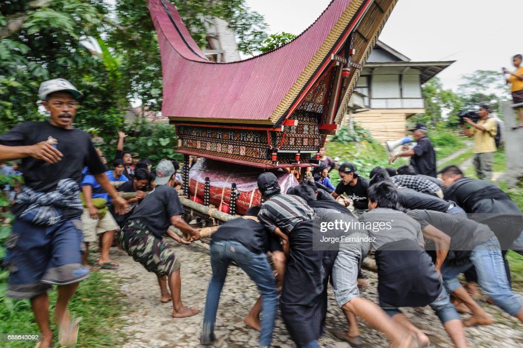 Bizarre Funeral Rites of the Tana Toraja : News Photo
