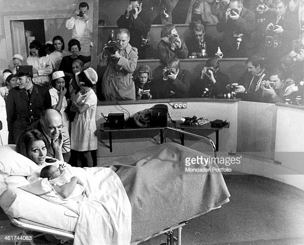 During a world press conference the Italian actress Sophia Loren and her husband the filmmaker Carlo Ponti introduce little Carlo Junior born 29...