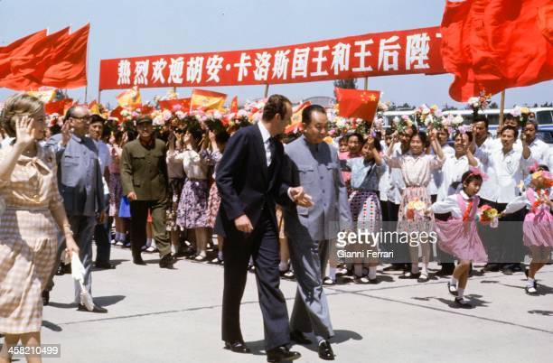 During his official visit to China, the Spanish King Juan Carlos and Sofia are greeted at the airport by Hua Kuo-feng Beijing, China. .
