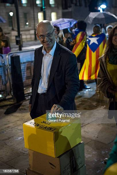 CONTENT] During the celebration of the National Day of Catalonia in London a man is voting in a fake referendum for independence to claim for an...