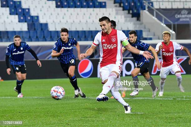 Dusan Tadic of Ajax scores the first goal to make it 0-1 during the UEFA Champions League match between Atalanta Bergamo v Ajax at the Stadio Atleti...