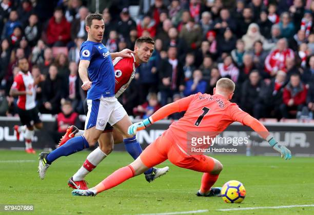 Dusan Tadic of Southampton scores the first Southampton goal past Jordan Pickford of Everton and Leighton Baines of Everton during the Premier League...
