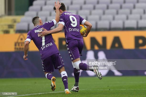 Dusan Vlahovic of ACF Fiorentina celebrates after scoring a goal during the Serie A match between ACF Fiorentina and Hellas Verona FC at Stadio...
