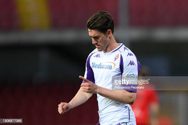 Dusan Vlahovic of ACF Fiorentina celebrates after scoring their team's first goal during the Serie A match between Benevento Calcio and ACF...