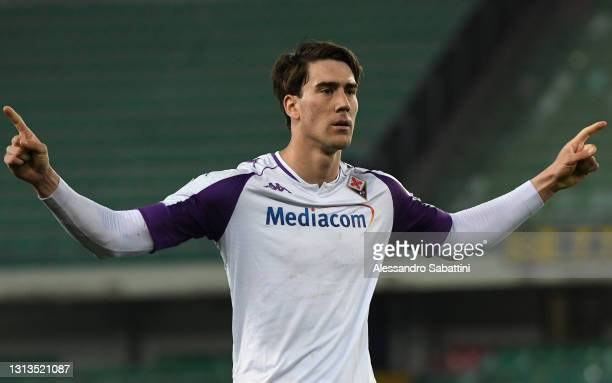 Dusan Vlahovic of ACF Fiorentina celebrates after scoring their team's first goal from the penalty spot during the Serie A match between Hellas...